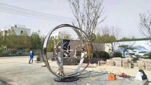不锈钢雕塑艺术对于环境的重要性