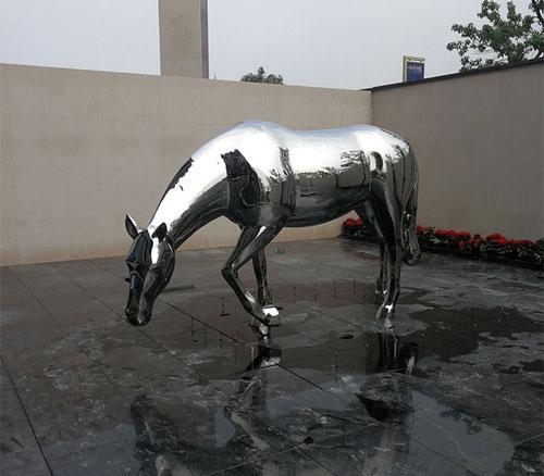 不锈钢镜面马雕塑